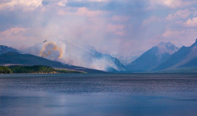 Ένα απόμακρο καναδικό έξοχο Scooper Readies για να ρίξει το νερό στην πυρκαγιά κορυφογραμμών Howe στοκ φωτογραφία με δικαίωμα ελεύθερης χρήσης