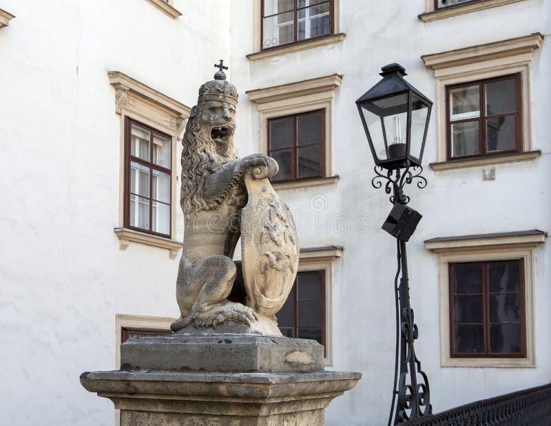 Ένα από δύο αγάλματα λιονταριών που κρατούν μια ασπίδα, και στις δύο πλευρές της ελβετικής πύλης Schweizertor, παλάτι Hofburg, Βι στοκ φωτογραφία με δικαίωμα ελεύθερης χρήσης