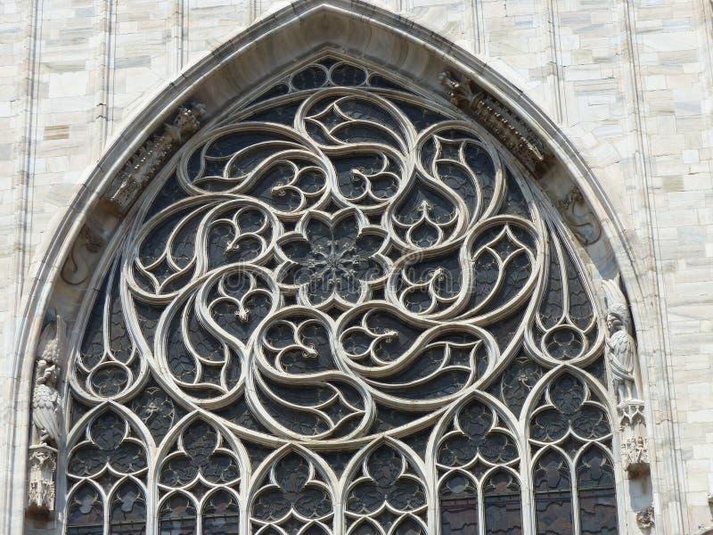 Ένα από τα διακοσμημένα εξωτερικά παράθυρα του καθεδρικού ναού του Μιλάνου στην Ιταλία στοκ εικόνες