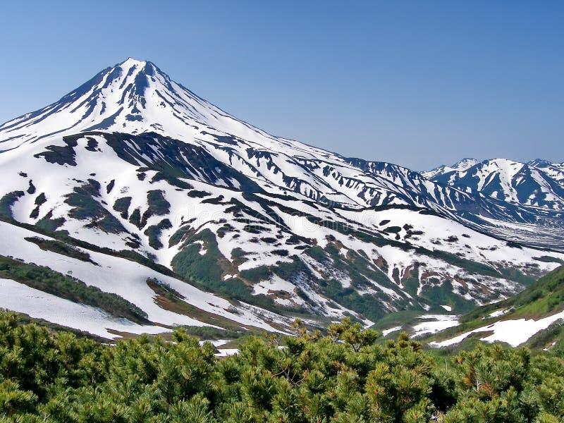 Ένα από τα ενεργά ηφαίστεια Kamchatka Τα ηφαίστεια Kamchatka είναι συναρπαστικά Το mysteriousness τους προσελκύει πολλούς τουρίστ στοκ φωτογραφία