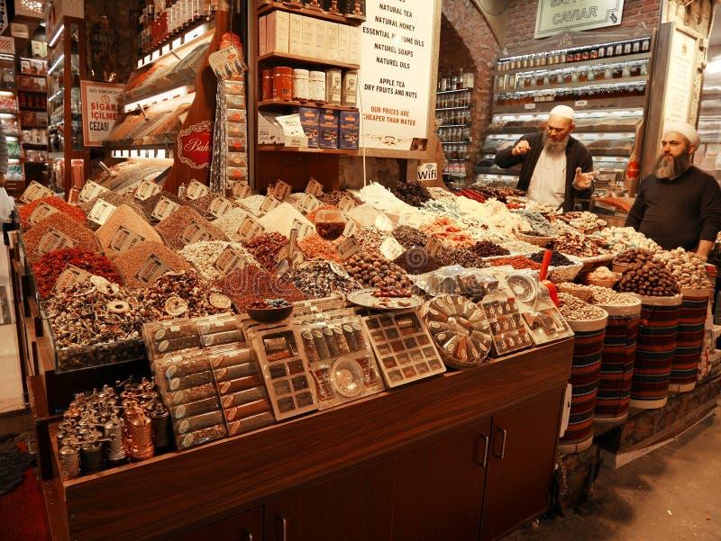 Ένα από τα καρυκεύματα και το τσάι ψωνίζει στο καρύκευμα Bazaar της Ιστανμπούλ ` s ή την αγορά καρυκευμάτων στοκ εικόνα