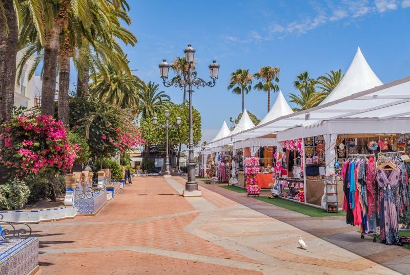 Ένα από τα κύρια όμορφα τετράγωνα Ayamonte, Ισπανία κατά τη διάρκεια του καλοκαιριού όταν υπάρχουν καταστήματα που πωλούν τα ενδύ στοκ φωτογραφία