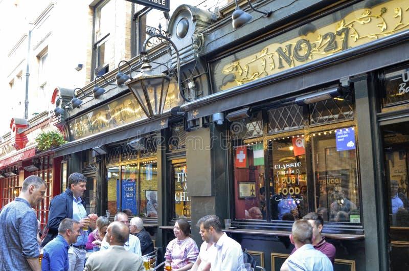 Ένα από τα πολλά μπαρ στο κεντρικό Λονδίνο: οι φίλοι συναντιούνται για να πιουν την μπύρα στοκ εικόνα με δικαίωμα ελεύθερης χρήσης