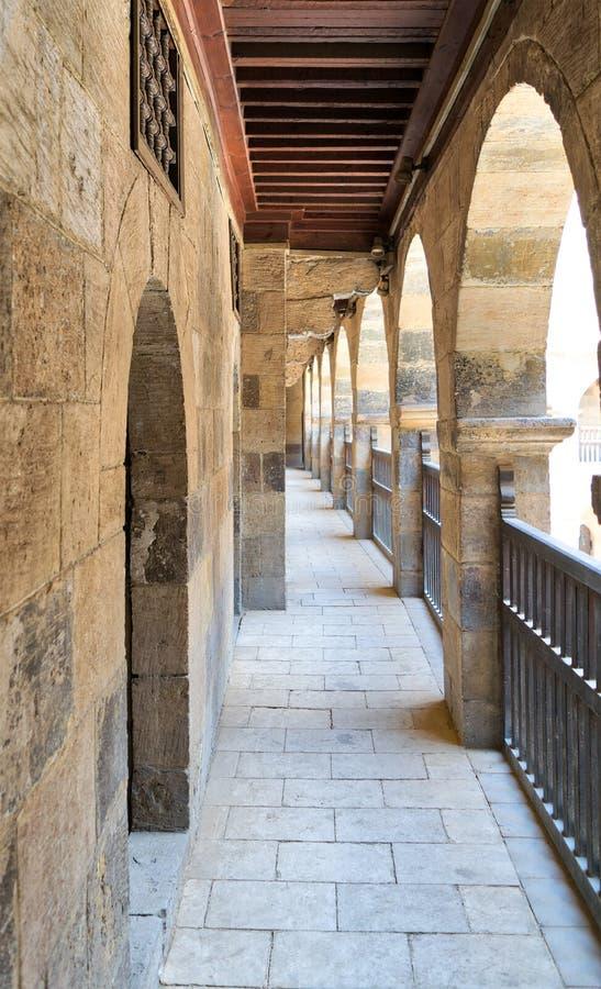 Ένα από τα arcades που περιβάλλουν το προαύλιο caravansary Bazaraa, Κάιρο, Αίγυπτος στοκ φωτογραφίες με δικαίωμα ελεύθερης χρήσης