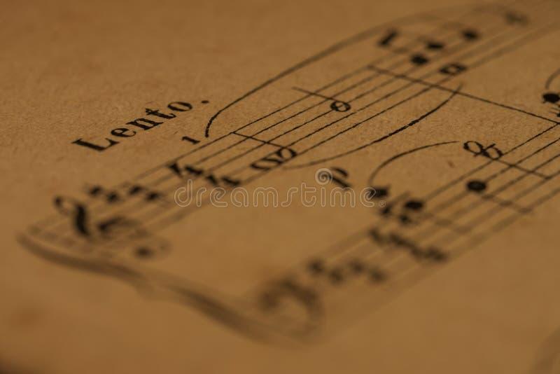 Ένα αργά σημάδι ρυθμού σε ένα κλασσικό αποτέλεσμα πιάνων τυπωμένων υλών στοκ εικόνα