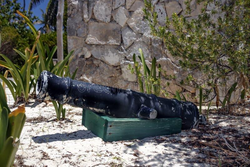 Ένα αρχαίο πυροβόλο εξωραΐζει το έδαφος του πάρκου στοκ φωτογραφία με δικαίωμα ελεύθερης χρήσης