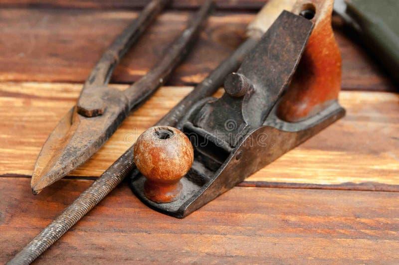 Ένα αρχείο με μια ξύλινη λαβή, ένα αεροπλάνο και ένα ψαλίδι για το μέταλλο για ένα techno-gorenonte στοκ εικόνες