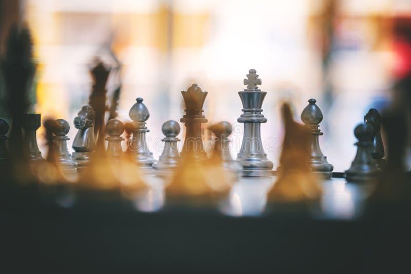 Ένα ασημένιο και χρυσό σκάκι χρώματος που τίθεται στη σκακιέρα στοκ φωτογραφία με δικαίωμα ελεύθερης χρήσης
