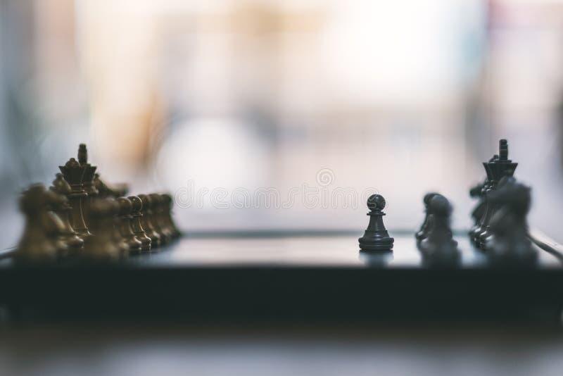 Ένα ασημένιο και χρυσό σκάκι χρώματος που τίθεται στη σκακιέρα στοκ εικόνα με δικαίωμα ελεύθερης χρήσης