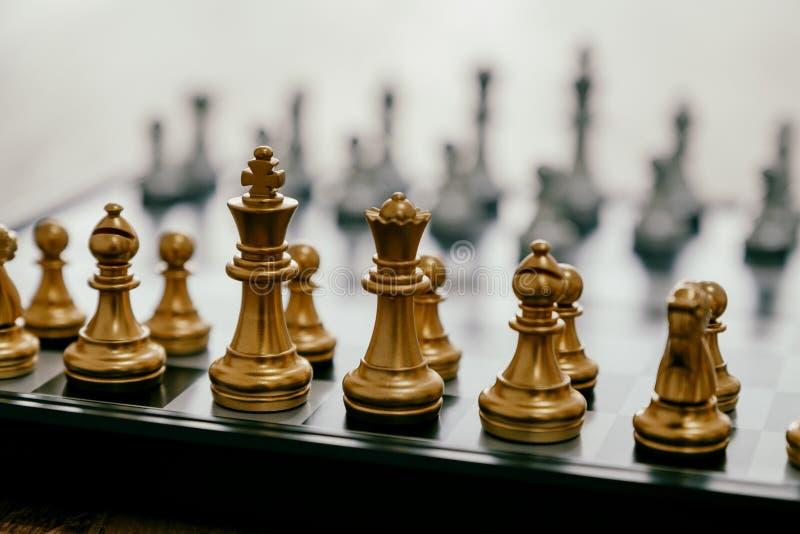 Ένα ασημένιο και χρυσό σκάκι χρώματος που τίθεται στη σκακιέρα στοκ φωτογραφίες με δικαίωμα ελεύθερης χρήσης