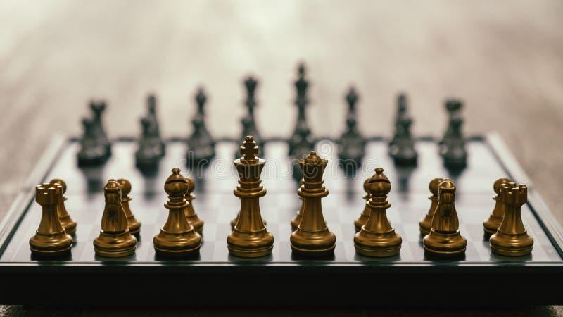 Ένα ασημένιο και χρυσό σκάκι χρώματος που τίθεται στη σκακιέρα στοκ εικόνες
