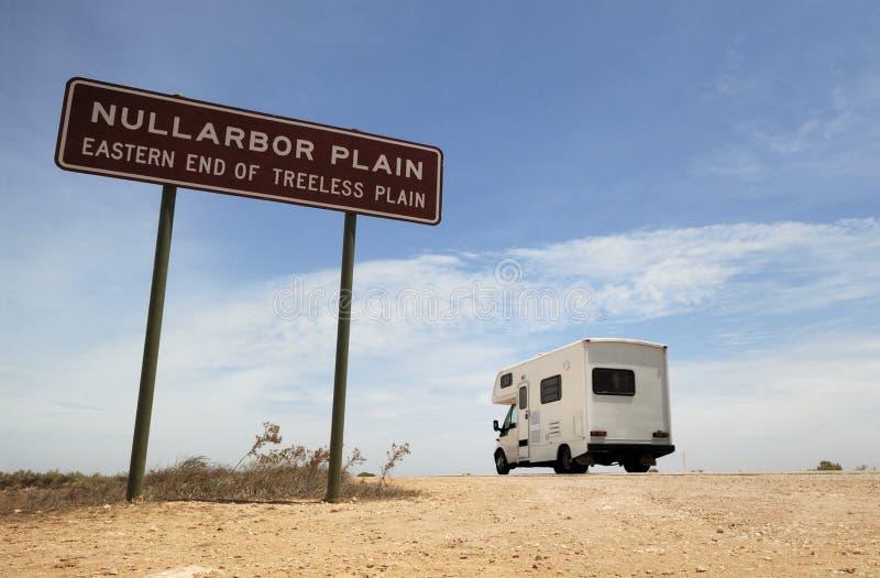 Ένα αυστραλιανό κοντινό σημάδι τροχόσπιτων στην πεδιάδα Nullatbor στοκ εικόνες