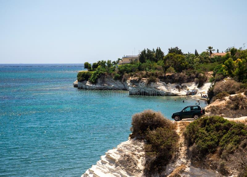 Ένα αυτοκίνητο τετράτροχης κίνησης που σταθμεύουν επικίνδυνα δίπλα στον απότομο απότομο βράχο στην παραλία κυβερνητών ` s, Κύπρος στοκ φωτογραφίες με δικαίωμα ελεύθερης χρήσης