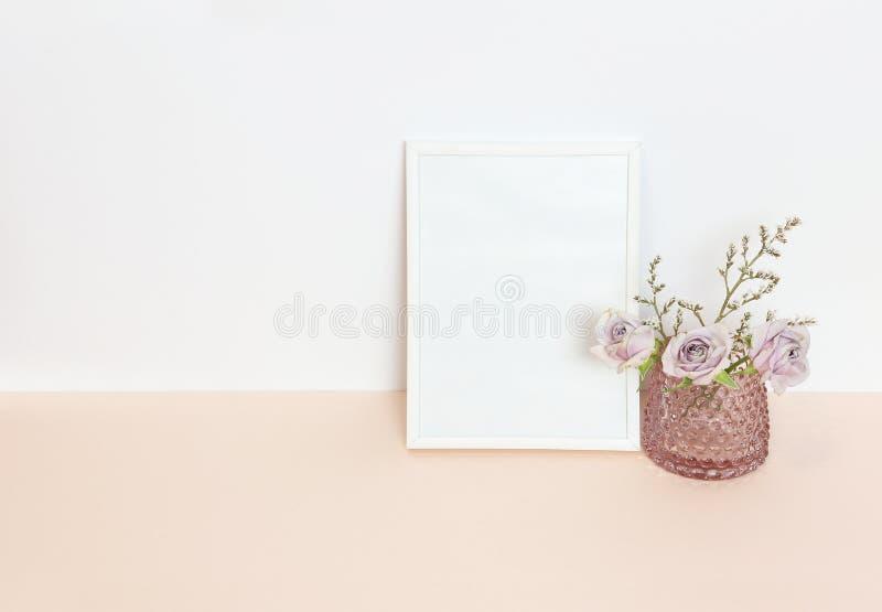 Ένα βάζο με τα λουλούδια και το άσπρο πλαίσιο στοκ φωτογραφίες