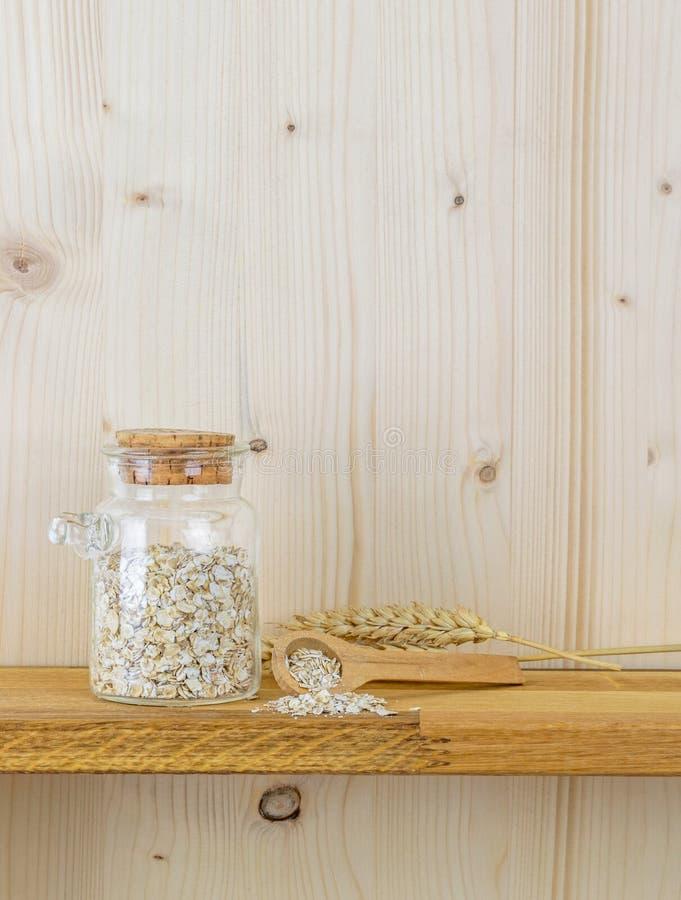 Ένα βάζο oatmeal των νιφάδων και του σίτου στοκ εικόνες