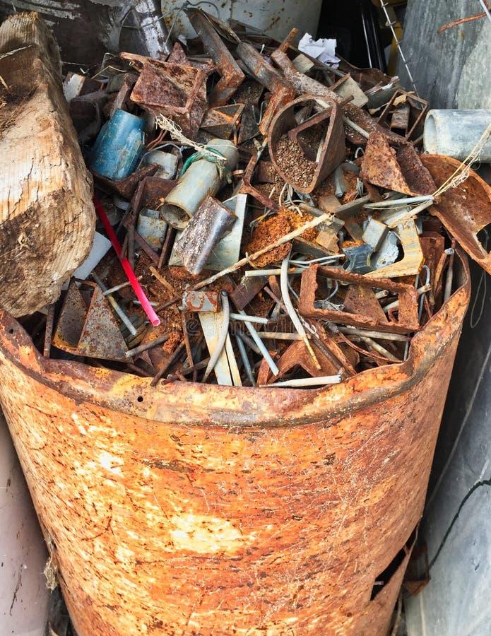 Ένα βαρέλι των οξυδωμένων παλιοπραγμάτων παλιοσίδερου στοκ φωτογραφία με δικαίωμα ελεύθερης χρήσης