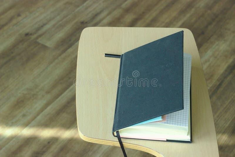 Ένα βιβλίο με του μέρους των πληροφοριών στοκ εικόνες με δικαίωμα ελεύθερης χρήσης