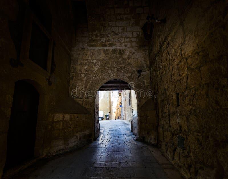 Ένα βλέμμα από το σκοτάδι μέσω της αψίδας valletta Μάλτα στοκ φωτογραφία με δικαίωμα ελεύθερης χρήσης