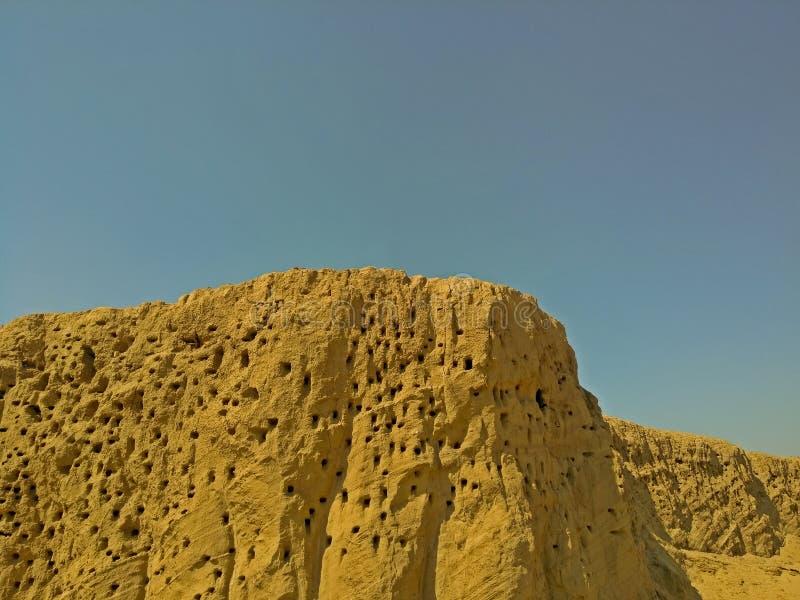 Ένα βουνό είναι πλήρες των τρυπών όπως ένα τυρί στοκ φωτογραφίες