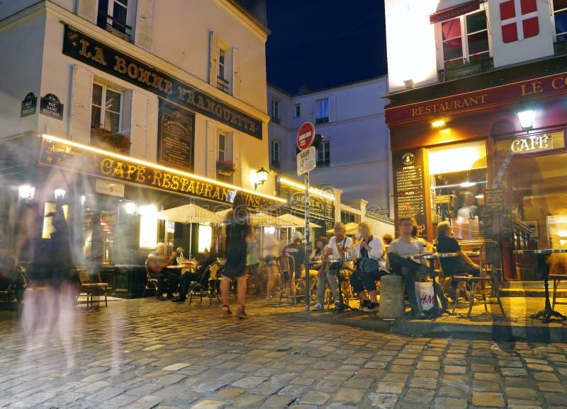 Ένα βράδυ σε Montmartre - πολιτισμός καφέδων σε ένα βράδυ του Παρισιού στοκ φωτογραφίες