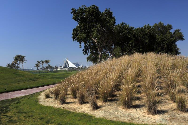 Ένα γήπεδο του γκολφ με τους δρόμους, τις αποθήκες και τις λίμνες στοκ φωτογραφία