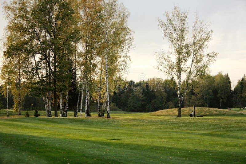 Ένα γήπεδο του γκολφ με τους δρόμους, τις αποθήκες και τις λίμνες στοκ φωτογραφίες