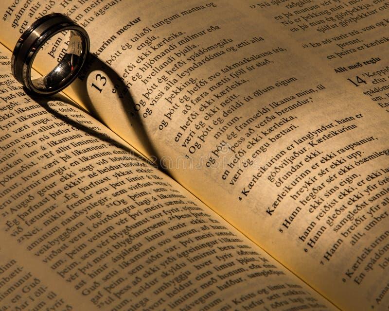 Ένα γαμήλιο δαχτυλίδι σε μια Βίβλο στοκ φωτογραφία με δικαίωμα ελεύθερης χρήσης