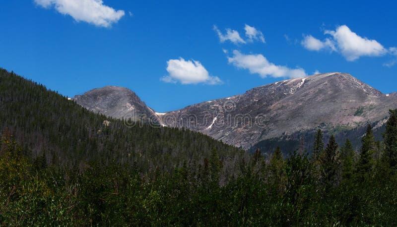 Ένα γκρίζο βουνό στο Κολοράντο ενάντια σε έναν φωτεινό μπλε ουρανό στοκ φωτογραφίες