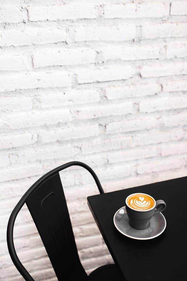 Ένα γκρίζο φλυτζάνι του φρέσκου cappuccino στο μαύρο πίνακα στοκ φωτογραφίες με δικαίωμα ελεύθερης χρήσης