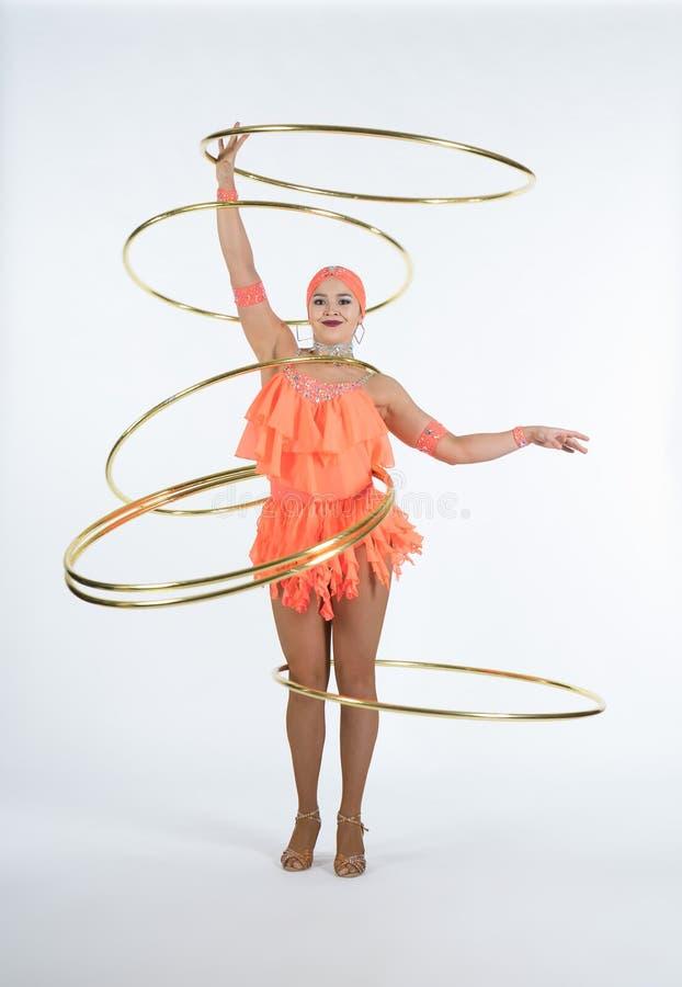 Ένα γοητευτικό κορίτσι εκτελεί τα στοιχεία τσίρκων με μια στεφάνη hula στοκ φωτογραφίες με δικαίωμα ελεύθερης χρήσης