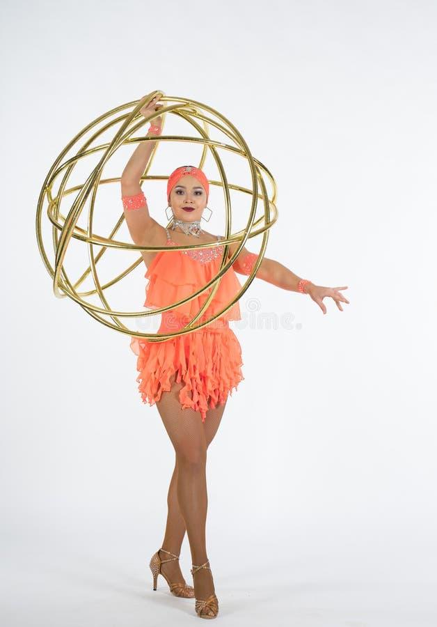 Ένα γοητευτικό κορίτσι εκτελεί τα στοιχεία τσίρκων με μια στεφάνη hula στοκ εικόνες με δικαίωμα ελεύθερης χρήσης