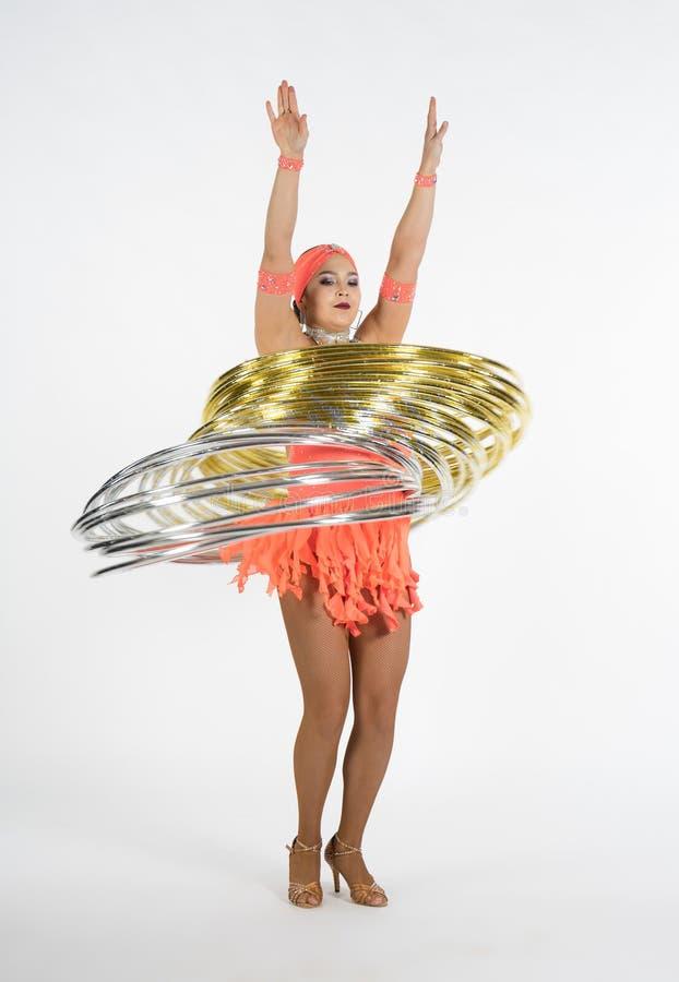 Ένα γοητευτικό κορίτσι εκτελεί τα στοιχεία τσίρκων με μια στεφάνη hula στοκ φωτογραφία