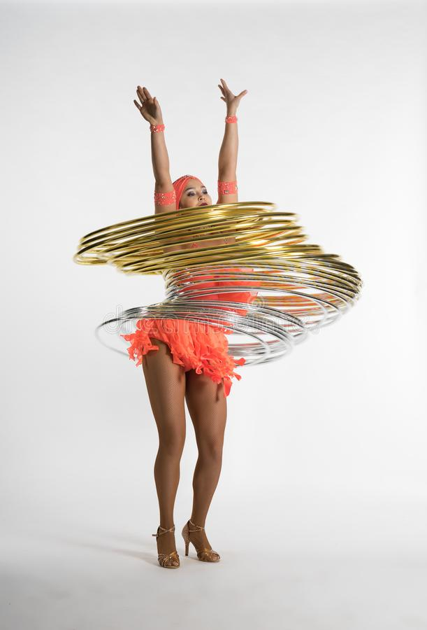 Ένα γοητευτικό κορίτσι εκτελεί τα στοιχεία τσίρκων με μια στεφάνη hula στοκ εικόνες