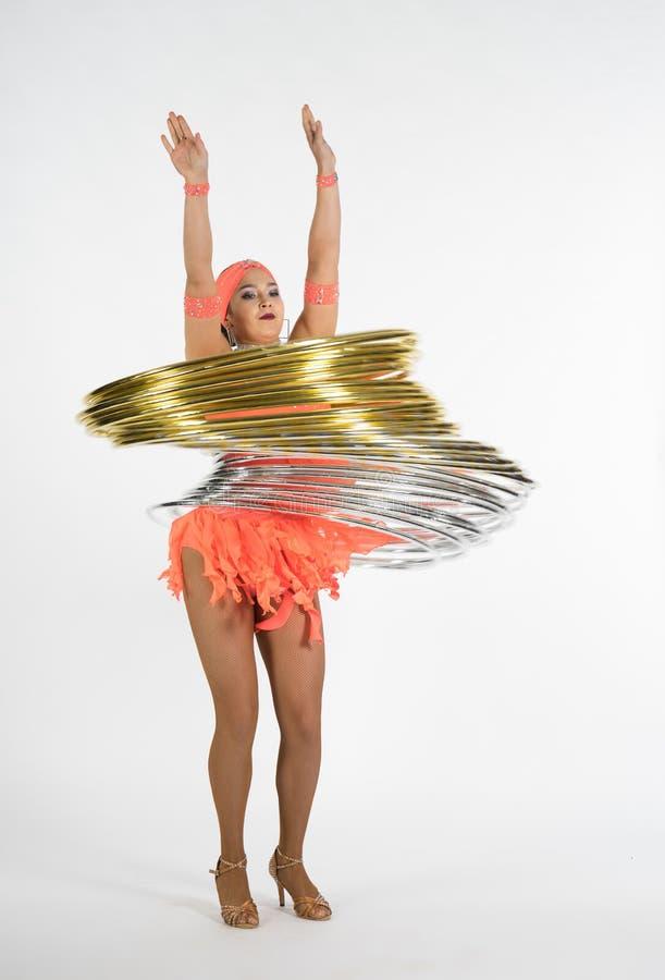 Ένα γοητευτικό κορίτσι εκτελεί τα στοιχεία τσίρκων με μια στεφάνη hula στοκ φωτογραφία με δικαίωμα ελεύθερης χρήσης