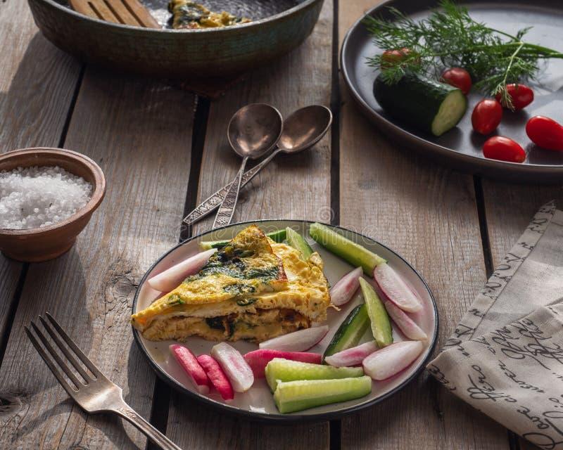 Ένα γρήγορο και εύκολο πρόγευμα των ανακατωμένων αυγών με το σπανάκι και τα λαχανικά, ολόκληρων των λαχανικών και ενός τηγανιού τ στοκ εικόνες