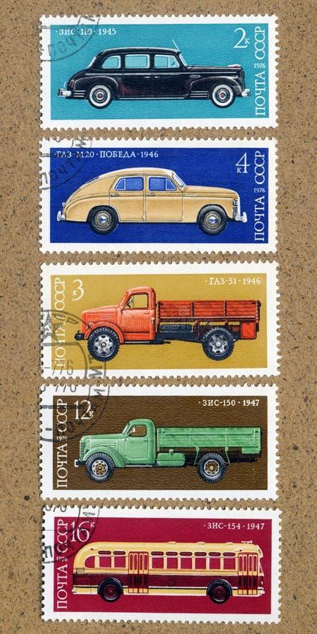 Ένα γραμματόσημο που τυπώνεται από την ΕΣΣΔ. Παρουσιάζει ρωσικά αυτοκίνητα, στοκ εικόνες