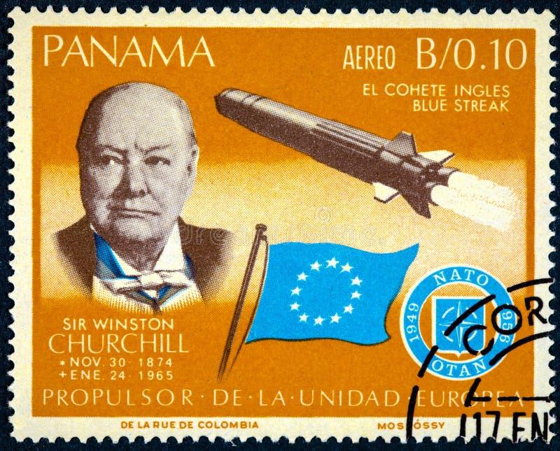 Ένα γραμματόσημο που τυπώνεται ράβδωση από τον Παναμά παρουσιάζει στο Sir Winston Churchill και πύραυλος μπλε στοκ εικόνες