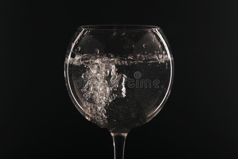 Ένα γυαλί με το νερό στο σκοτεινό υπόβαθρο στοκ φωτογραφίες με δικαίωμα ελεύθερης χρήσης
