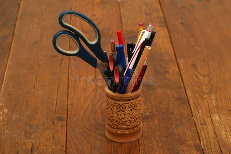 Ένα γυαλί του φλοιού σημύδων τους για να αποθηκεύσει τα μολύβια και ballpoint τους στυλούς στοκ εικόνες με δικαίωμα ελεύθερης χρήσης