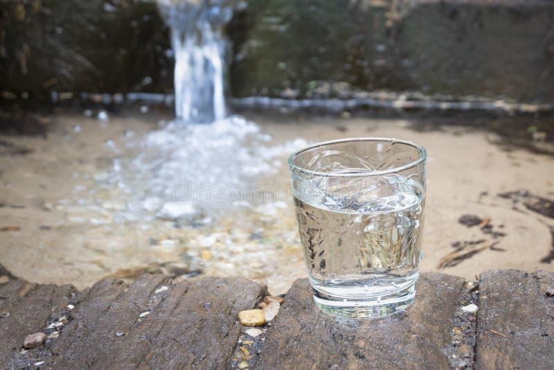 Ένα γυαλί των καθαρών νερών πηγής Πηγή καθαρού φυσικού νερού στοκ εικόνα