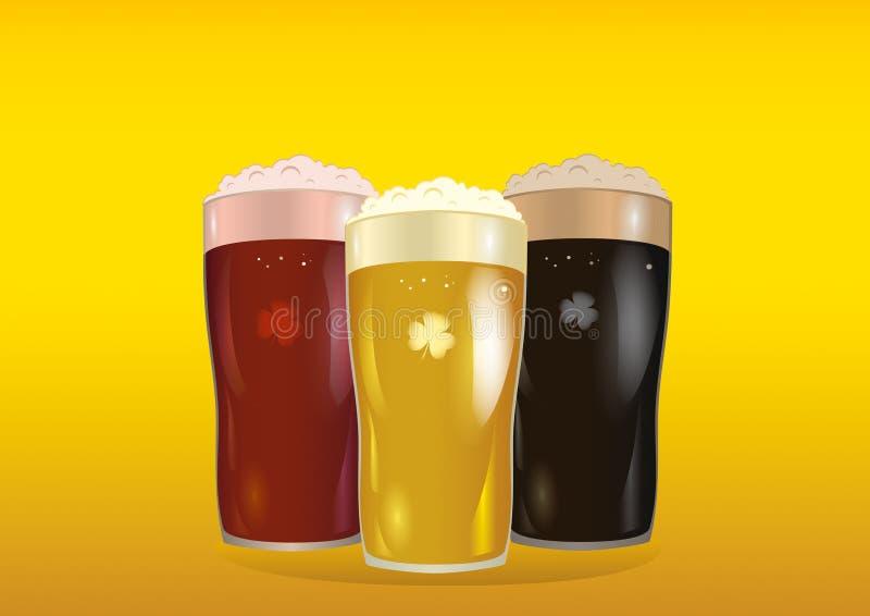 Ένα γυαλί με τη φωτεινή, κόκκινη και σκοτεινή μπύρα Πρόσκληση στην ημέρα του ST Πάτρικ απεικόνιση αποθεμάτων