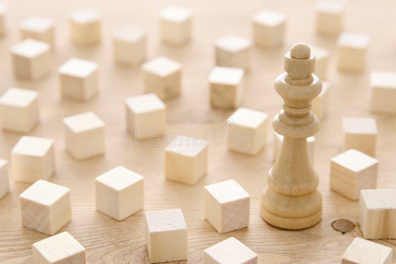 Ένα διαφορετικό πιόνι παιχνιδιών σκακιού μεταξύ των ξύλινων φραγμών Έννοια προσωπικότητας, ηγεσίας και μοναδικότητας στοκ εικόνα