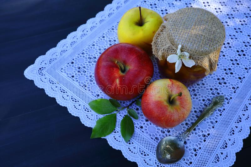 Ένα δοχείο της μαρμελάδας και των μήλων μήλων στοκ φωτογραφίες