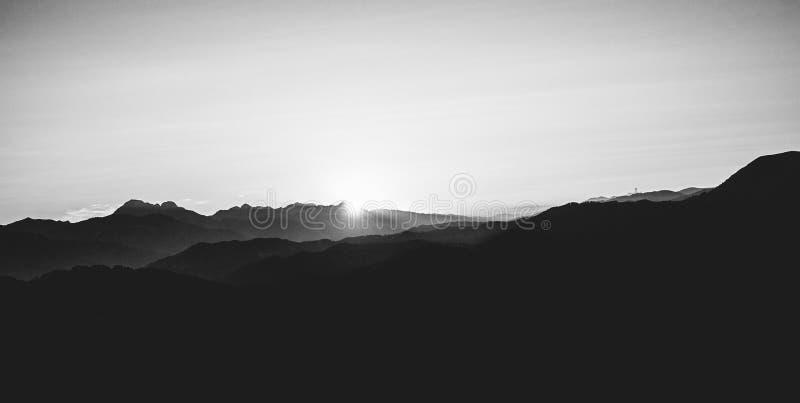 Ένα δραματικό ηλιοβασίλεμα στο βουνό στην Τοσκάνη στοκ φωτογραφίες με δικαίωμα ελεύθερης χρήσης