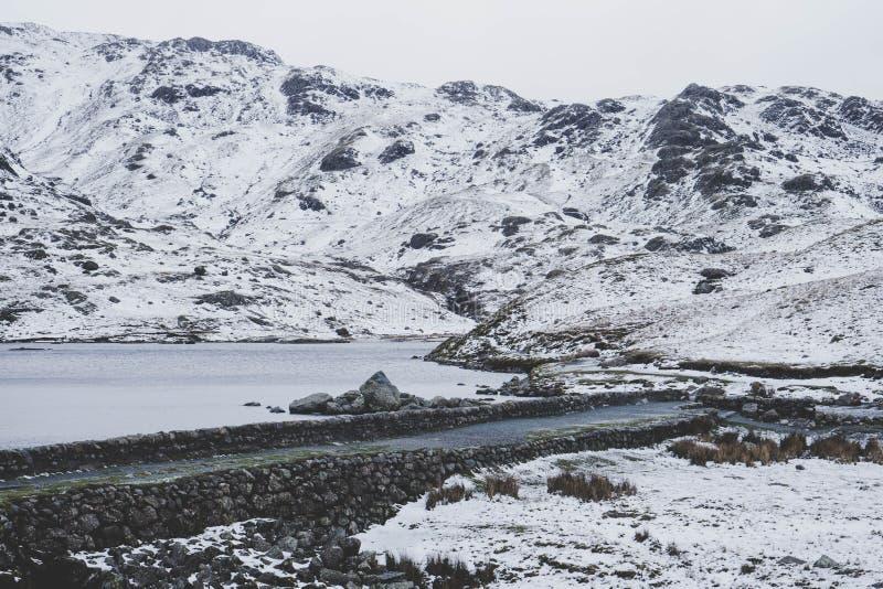 Ένα δραματικό χιονώδες τοπίο βουνών στοκ φωτογραφίες με δικαίωμα ελεύθερης χρήσης