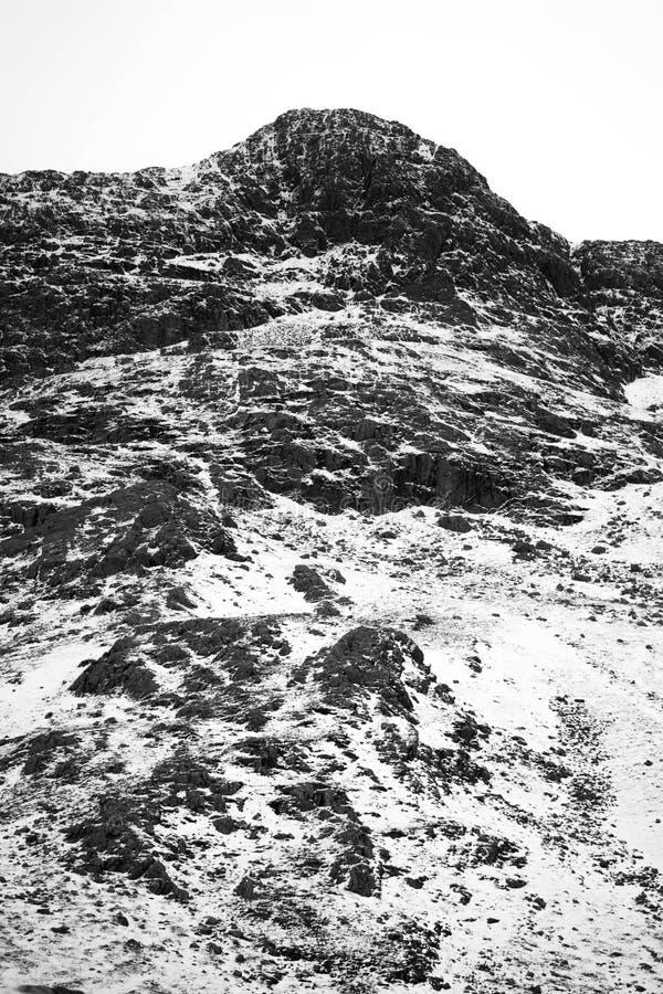 Ένα δραματικό χιονώδες τοπίο βουνών στοκ εικόνες