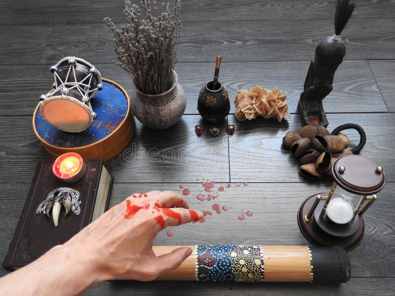 Ένα δυσοίωνο μυστικό τελετουργικό Το χέρι του μάγου Αποκρυφισμός divination Η έννοια αποκριών Μαύρος μαγικός στοκ εικόνες με δικαίωμα ελεύθερης χρήσης