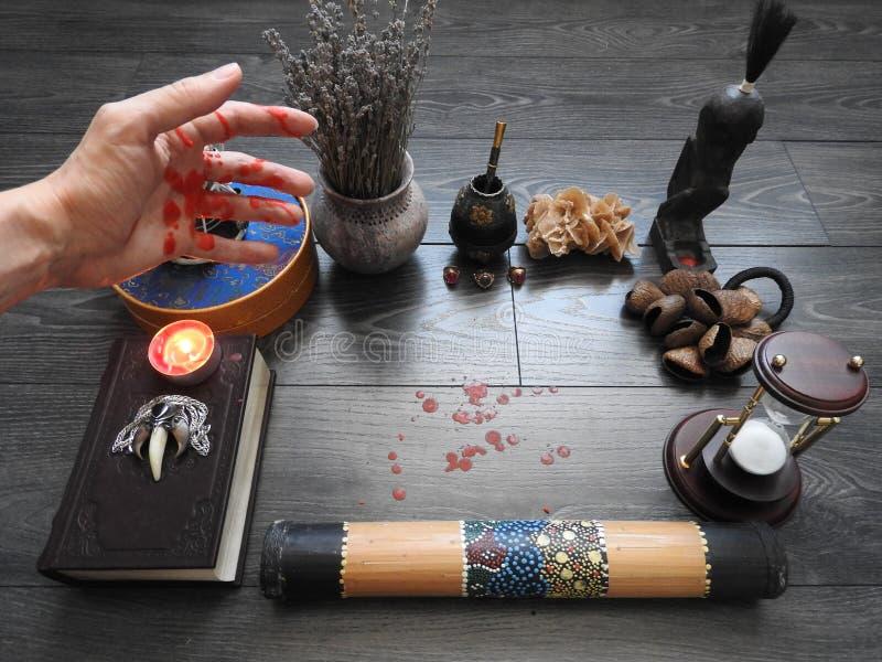 Ένα δυσοίωνο μυστικό τελετουργικό Το χέρι του μάγου Αποκρυφισμός divination Η έννοια αποκριών Μαύρος μαγικός στοκ εικόνες