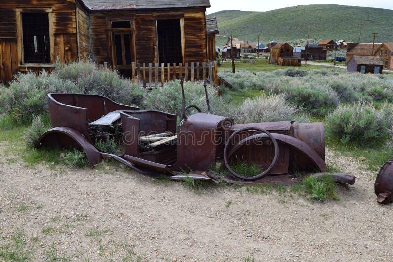 Ένα εγκαταλειμμένο οξυδωμένο παλαιό αυτοκίνητο στοκ φωτογραφίες με δικαίωμα ελεύθερης χρήσης