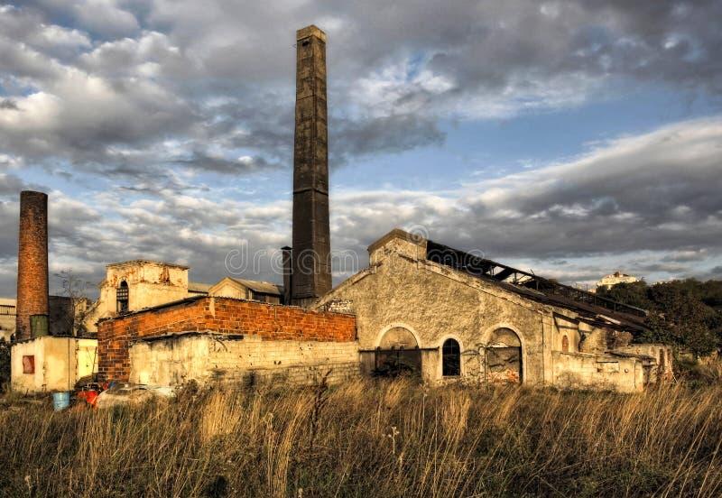 Ένα, εγκαταλειμμένο κτήριο εργοστασίων στοκ εικόνα